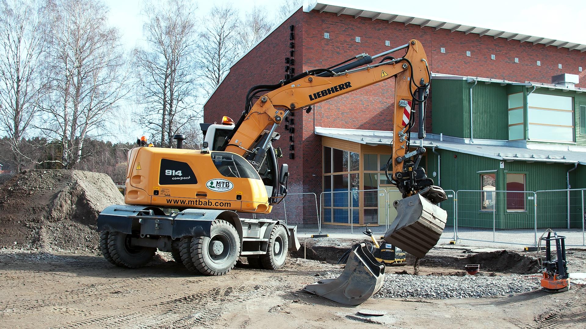 Runtomsvängande grävmaskin vid gräventreprenad för Håbo Kommun