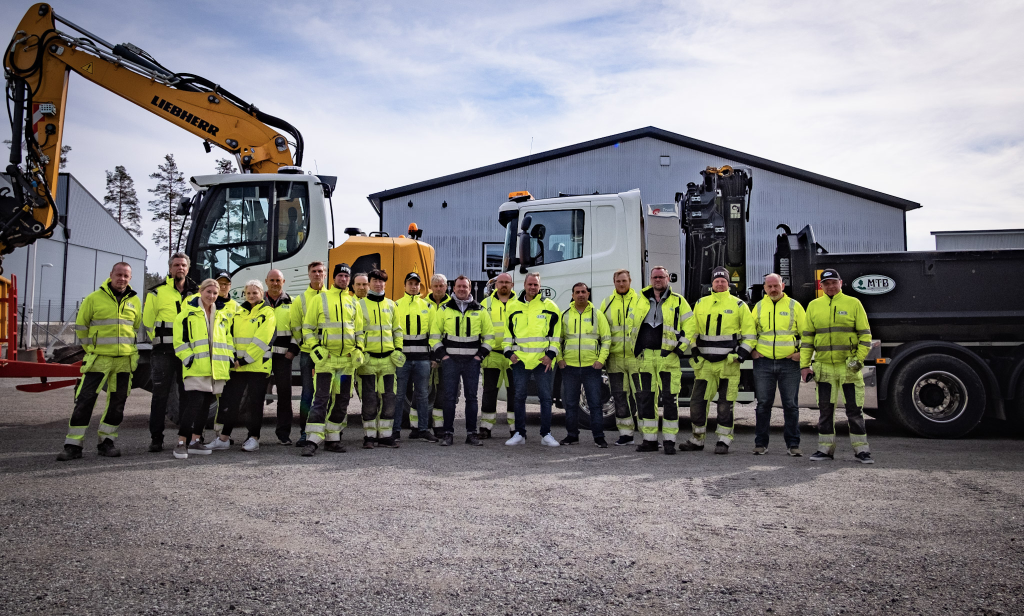 MTB´s entreprenadpersonal vid en av sina grävare och lastbil