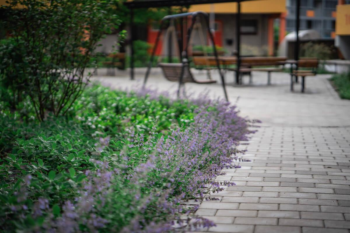 Ny innergård med marksten och planteringar