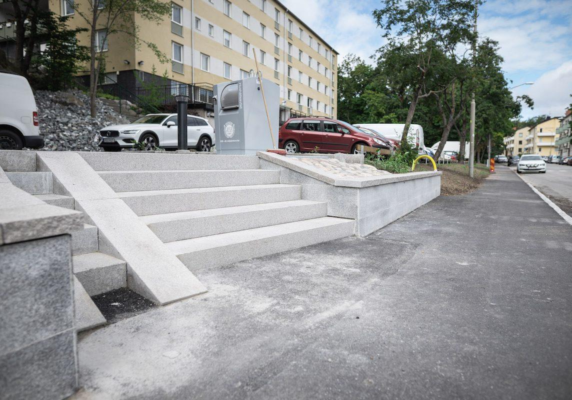 Färdigställande av ny utemiljö med stentrappa, stenläggning och asfaltering utanför bostadsrättsförening i Stockholm